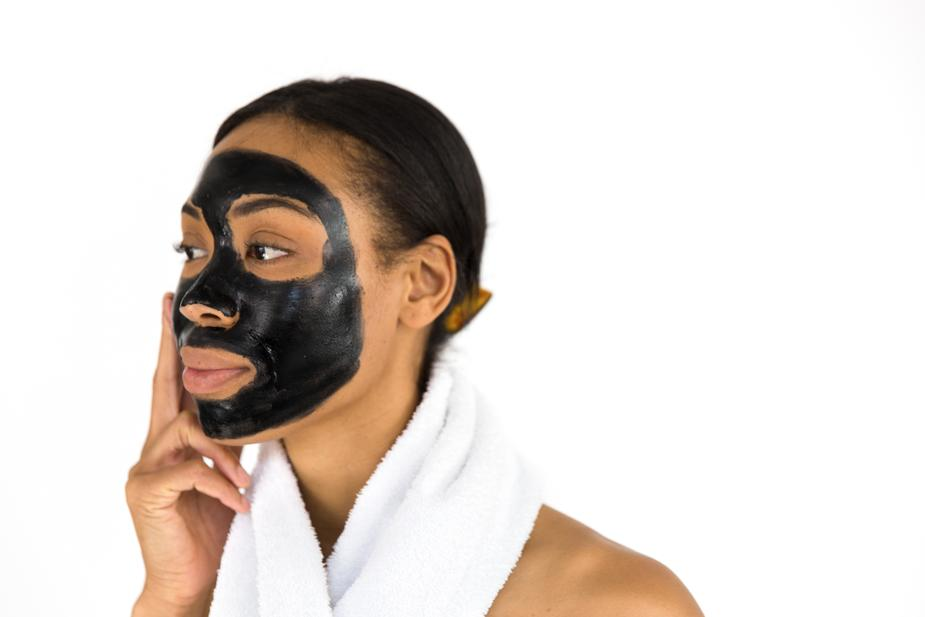 woman-applying-face-mask_925x (1)